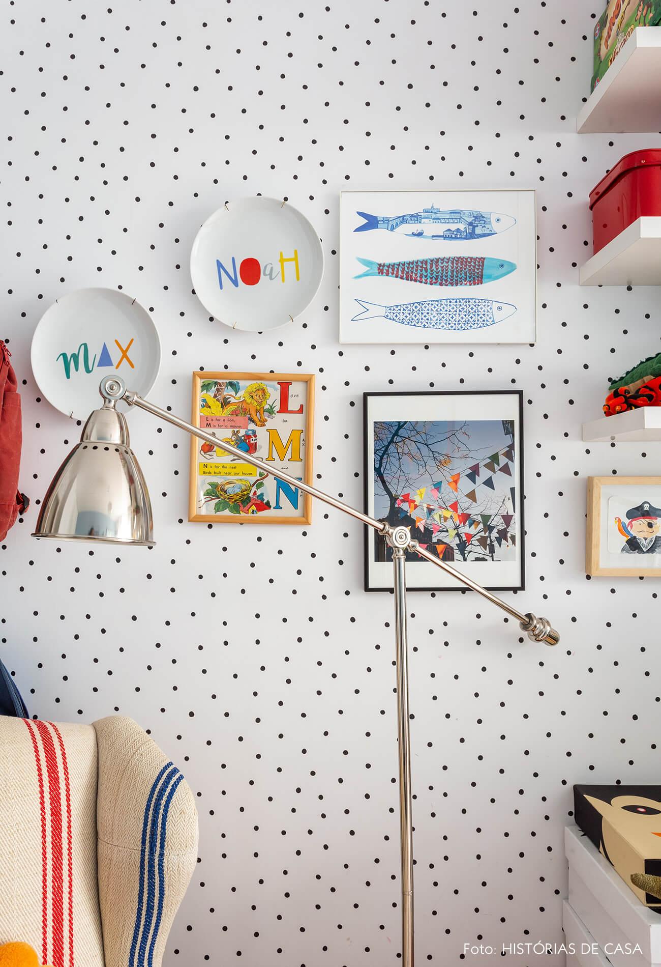 Papel de parede preto e branco em quarto infantil