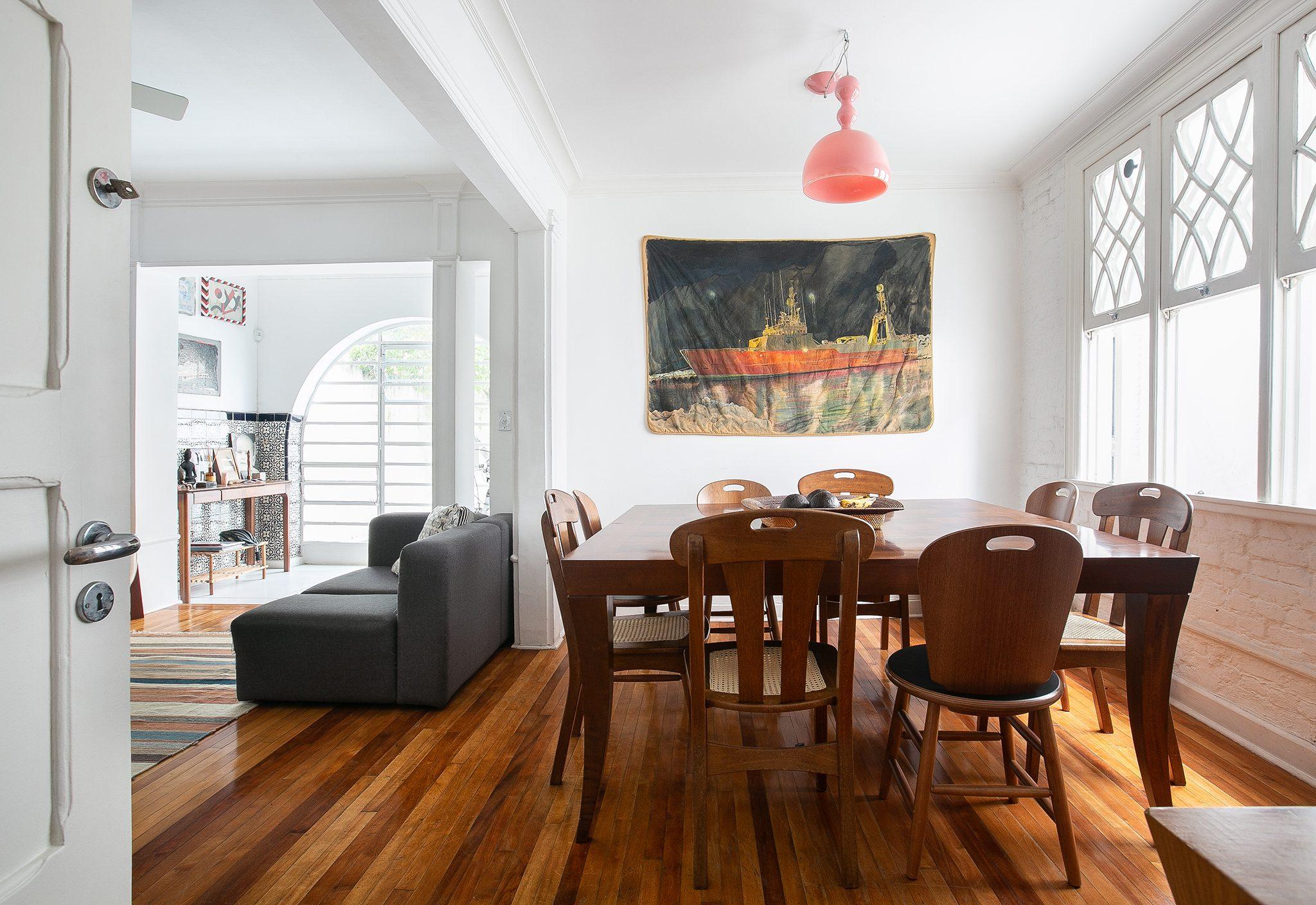 Sala de jantar em casa antiga com paredes brancas