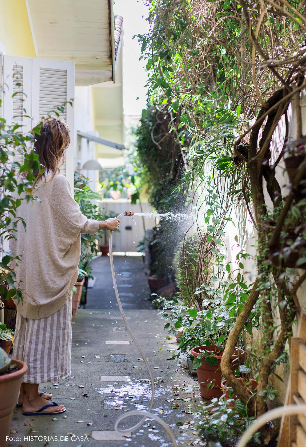 Casa com corredor lateral cheio de plantas