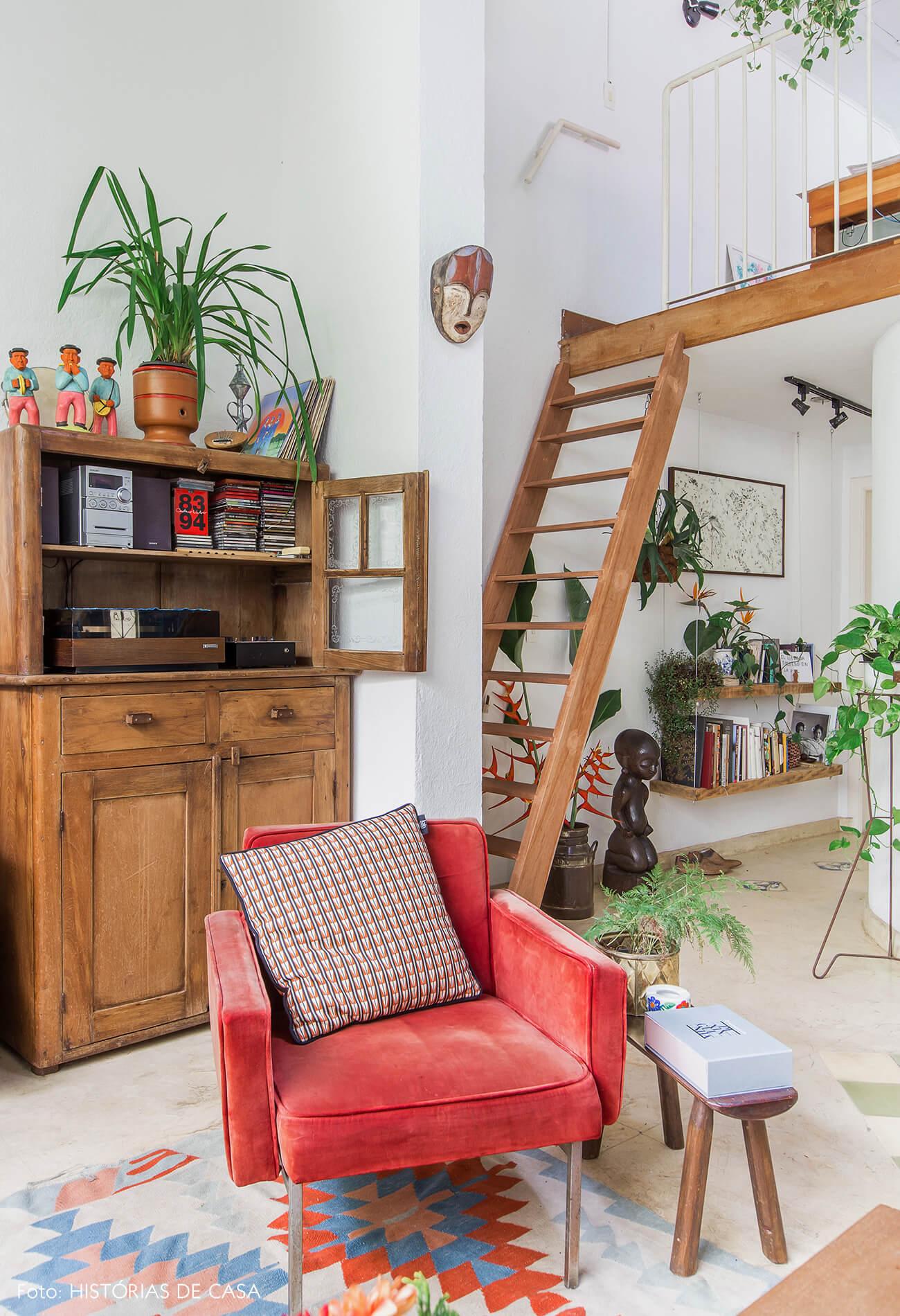 Casa com mezanino e escada de madeira