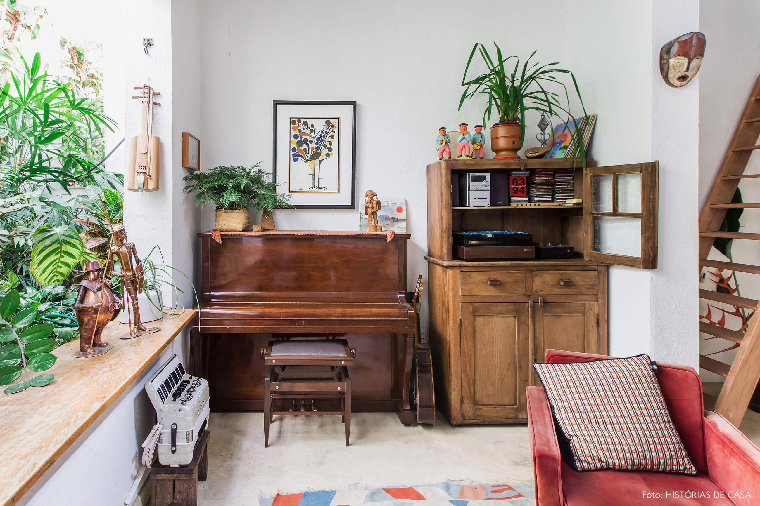 Casa com mezanino, piano e móveis de madeira