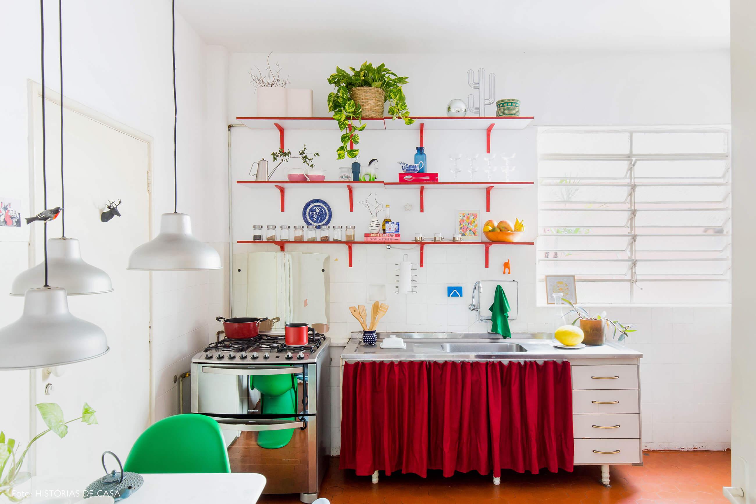 Cozinha com armário de cortininha