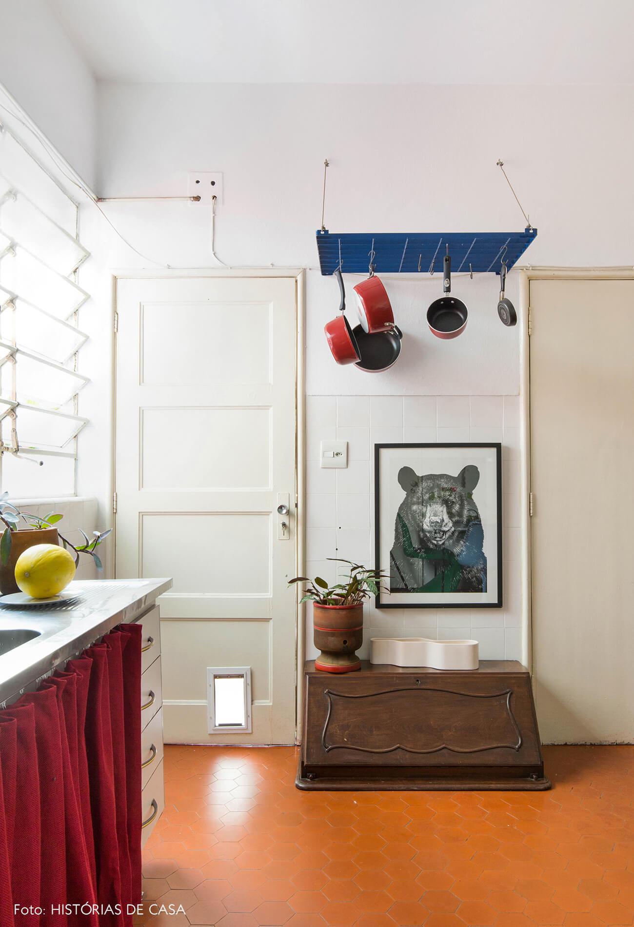 Cozinha com paneleiro suspenso