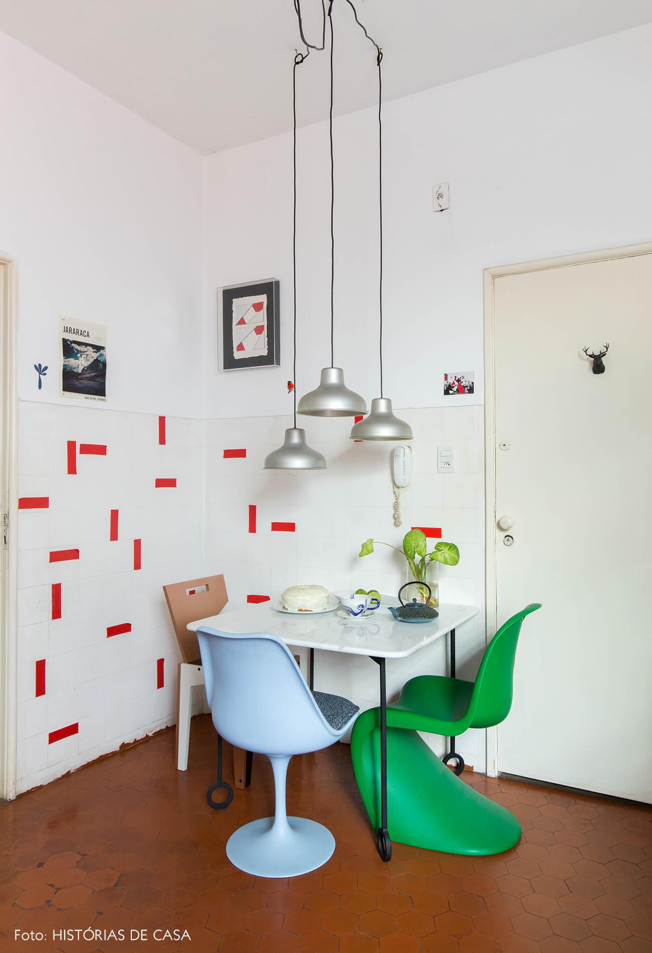 Cozinha com mesa pequena e azulejos com adesivos