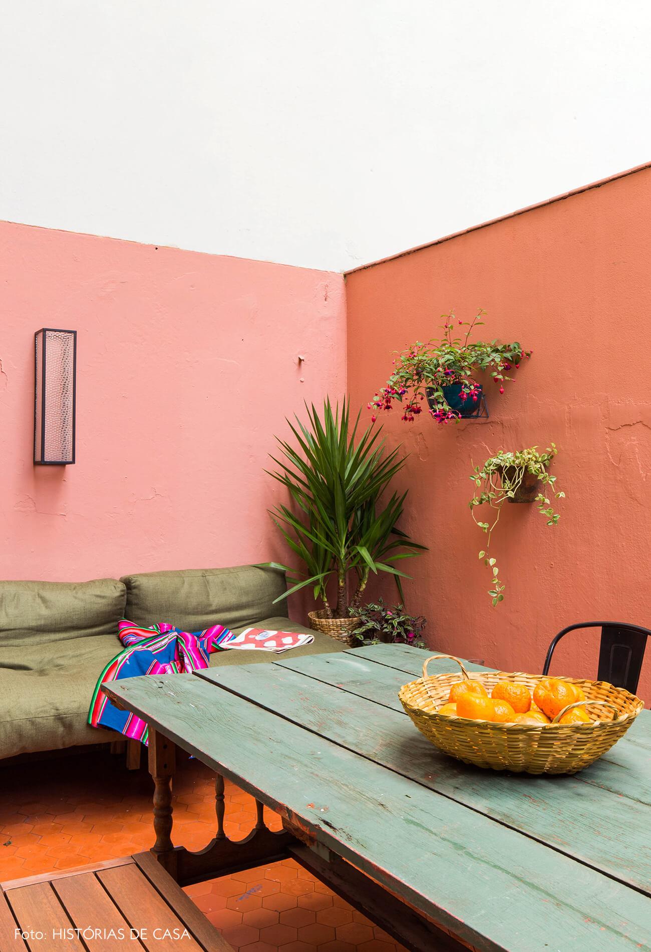 Quintal de apartamento com paredes coloridas