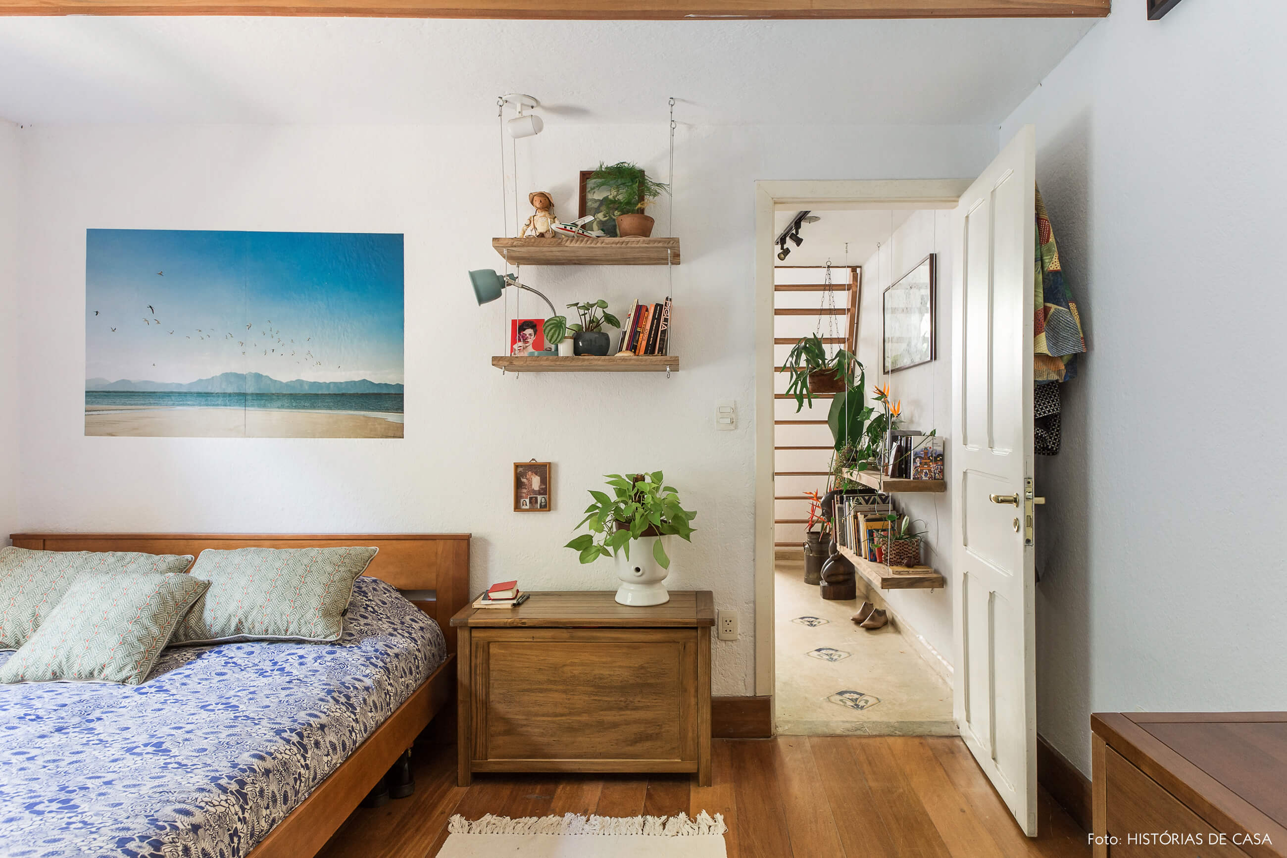 Quarto com móveis antigos de madeira
