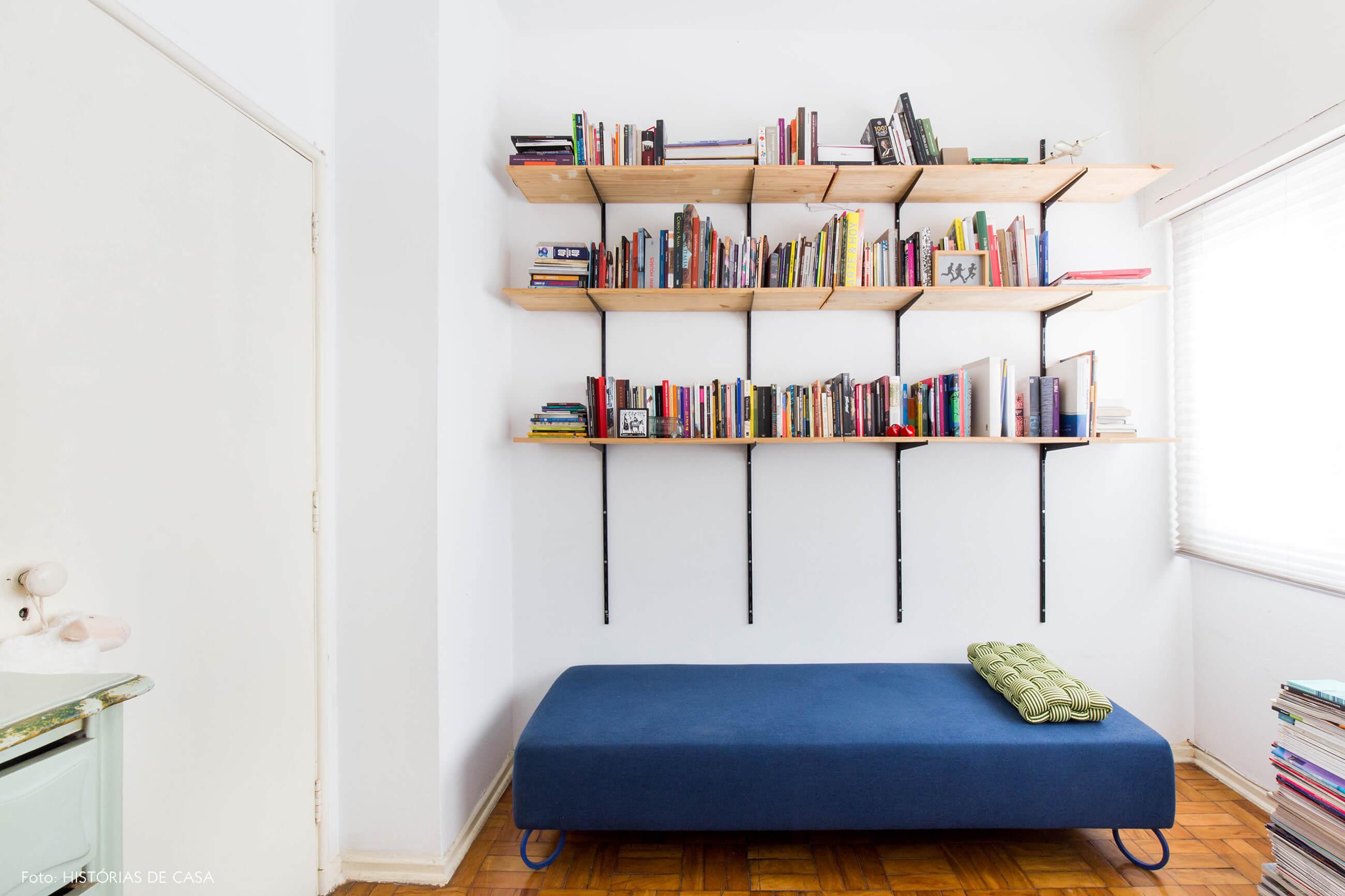 Home office com estante de trilho na parede