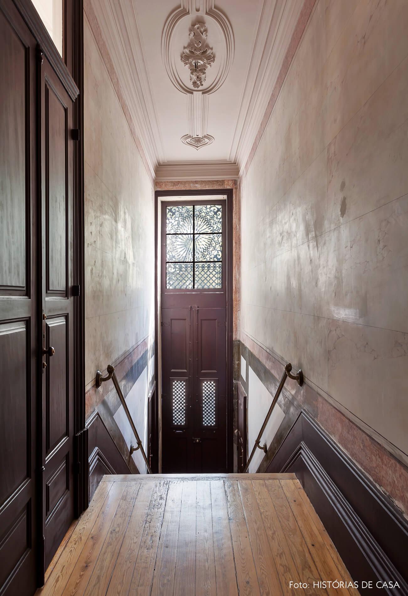 Corredor de casa antiga com piso de madeira