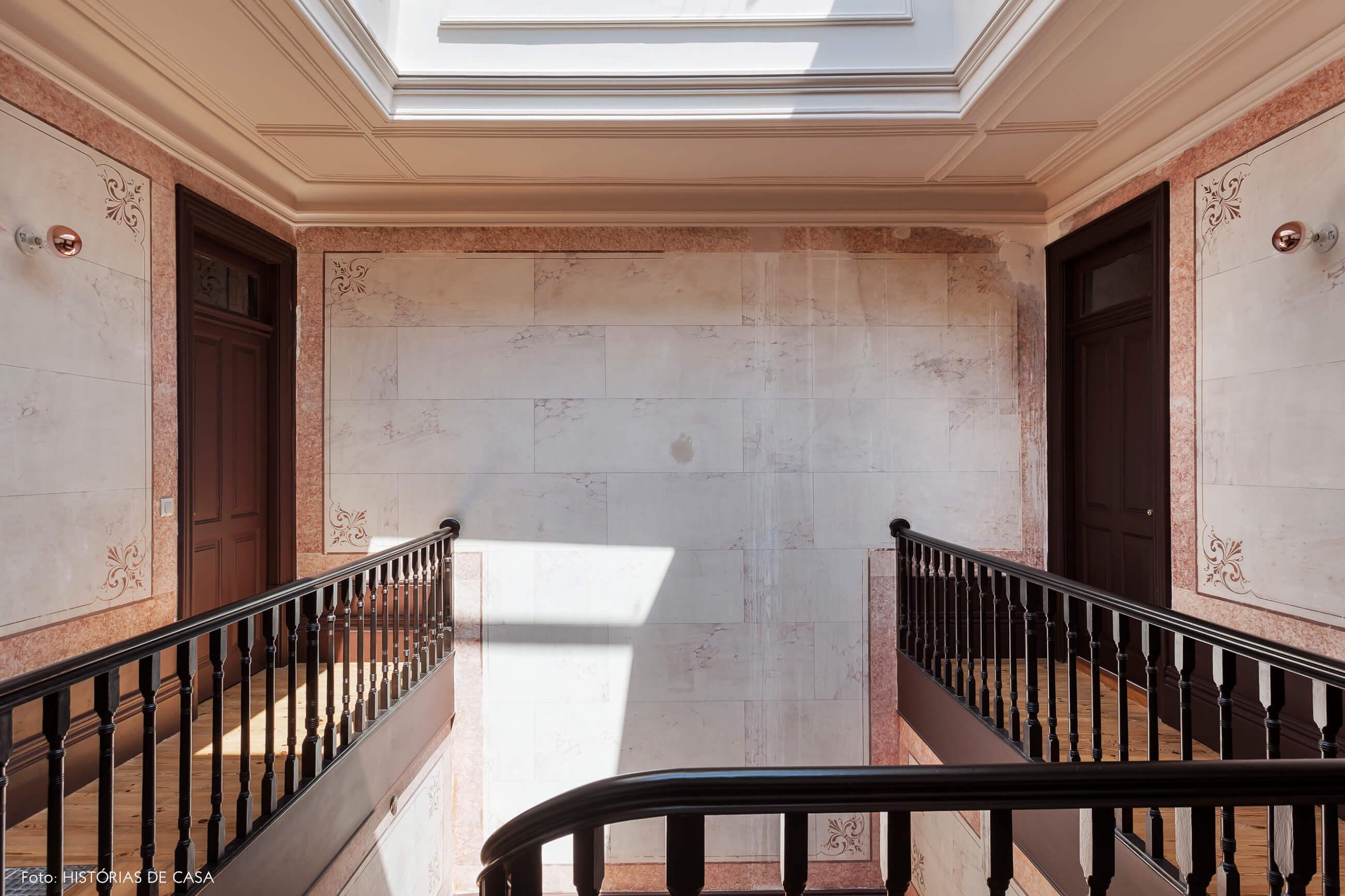 Hall de escada com claraboia