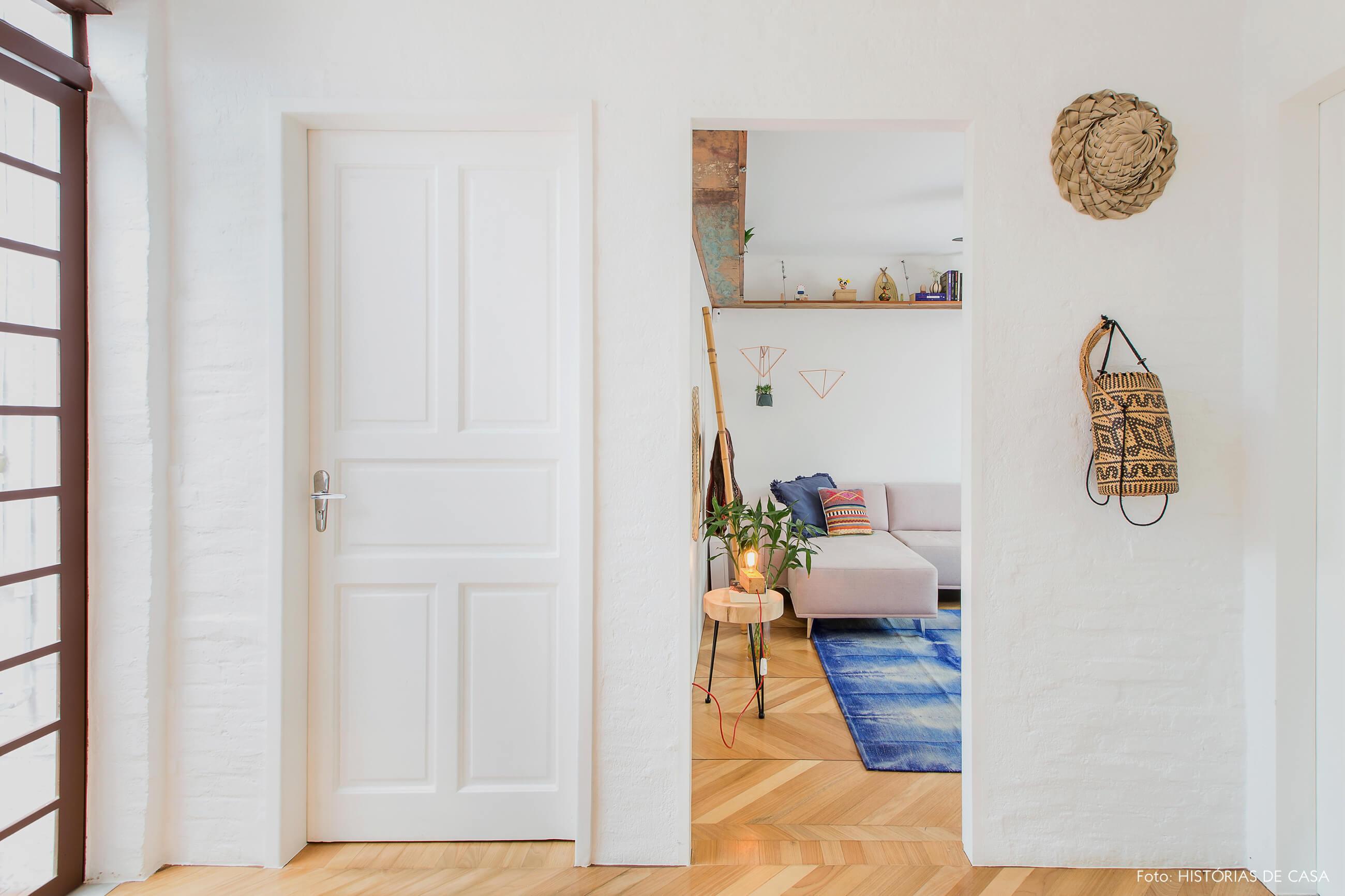 Casa com decoração colorida e paredes de tijolinho branco