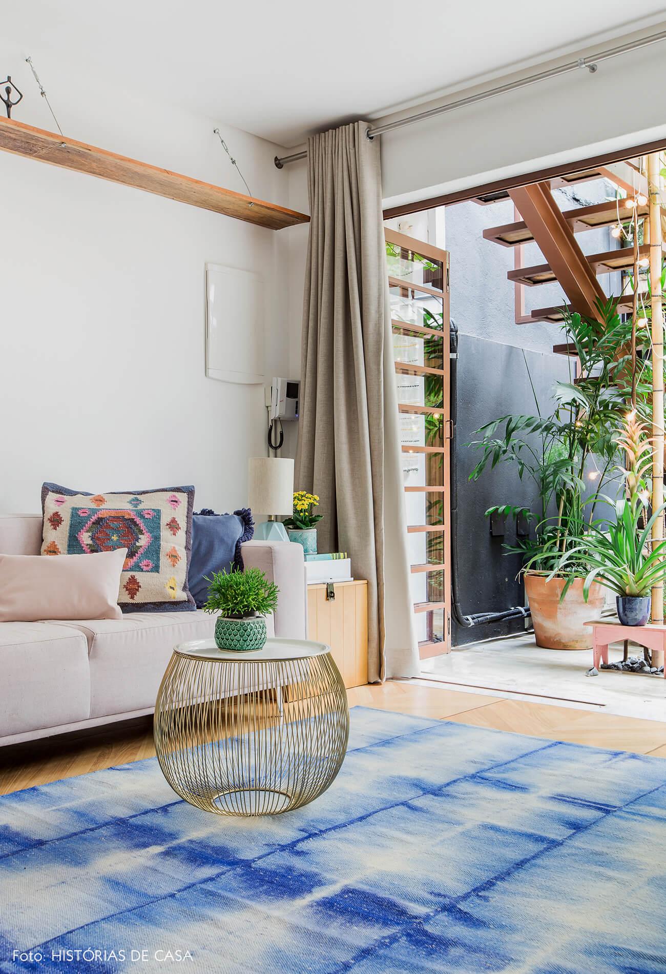 Casa com decoração colorida e tapete azul na sala