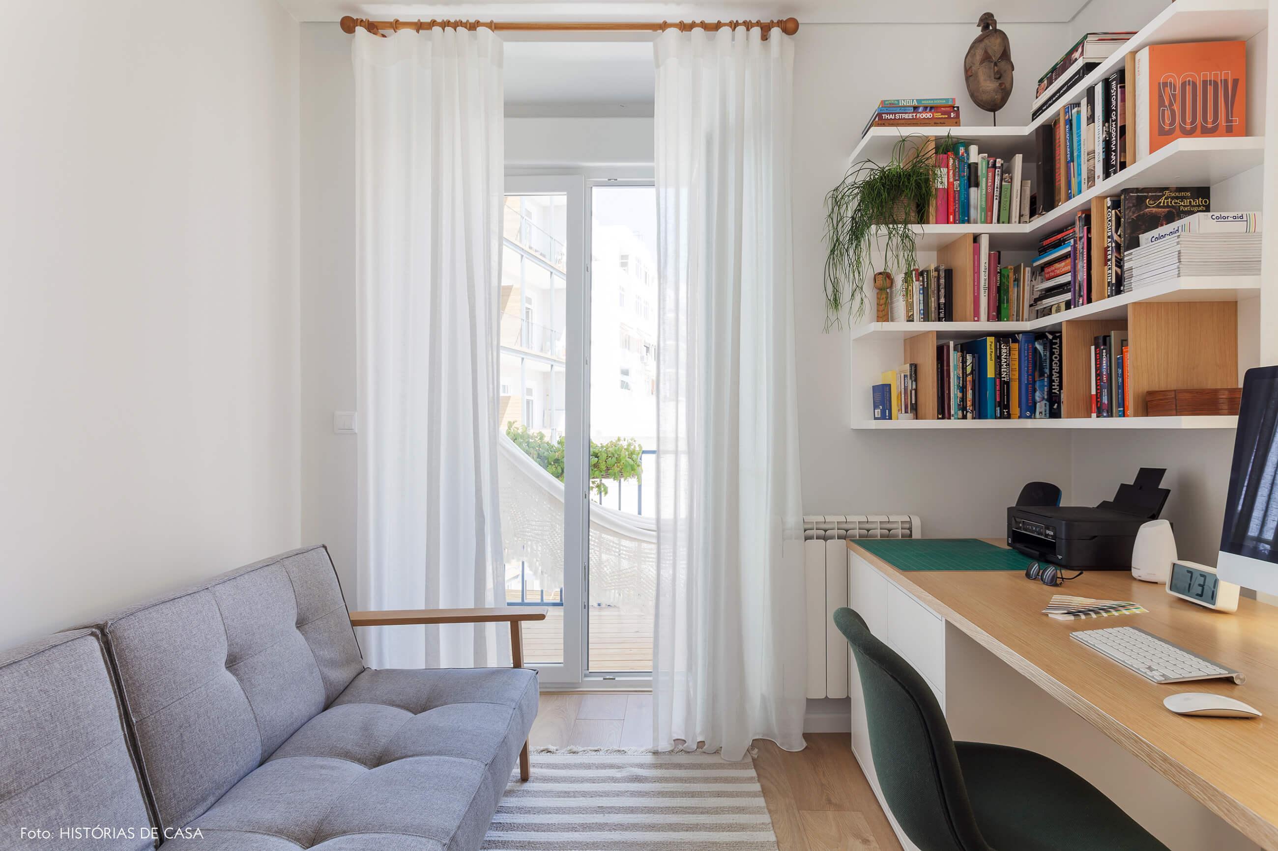 Home office com estante em L e sofá cinza