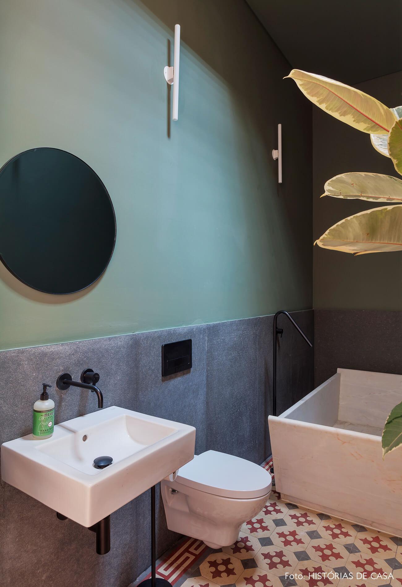 Banheiro com piso de ladrilhos hidráulicos