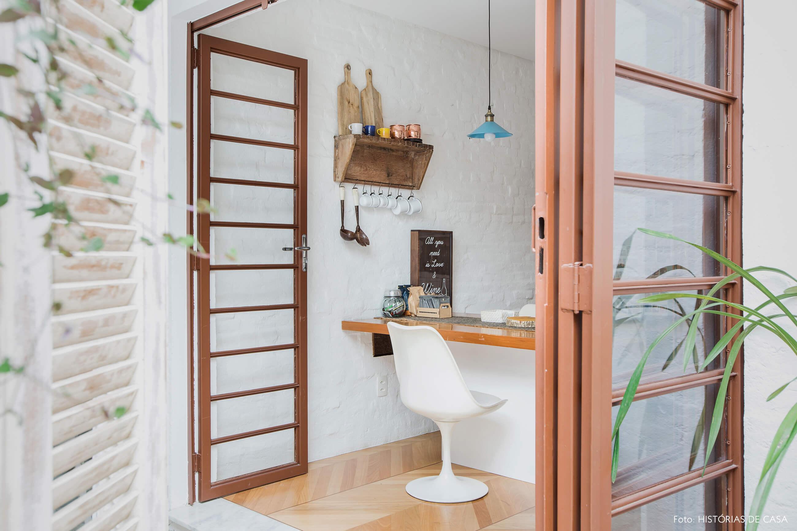 Casa com quintal e portas de serralheria