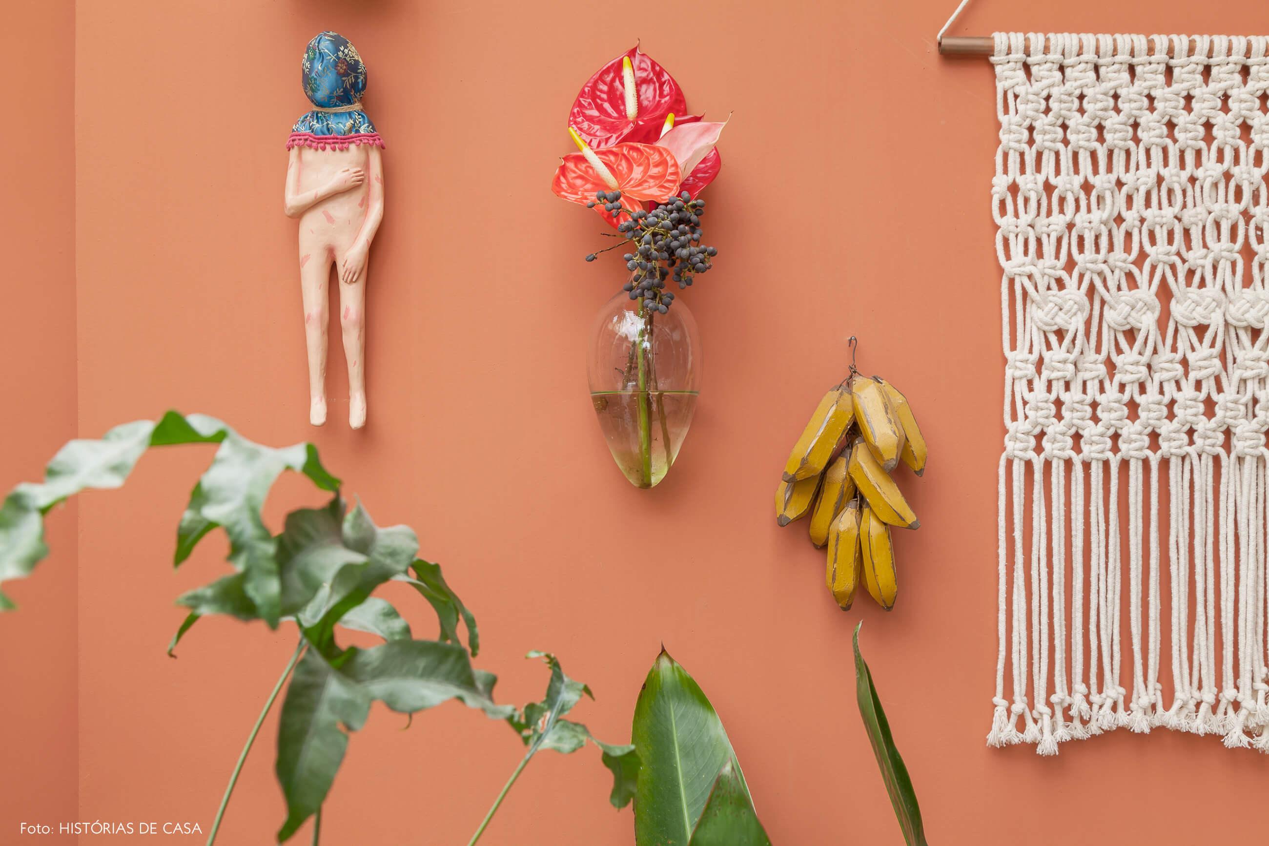 Parede pintada e pequenos objetos decorativos pendurados
