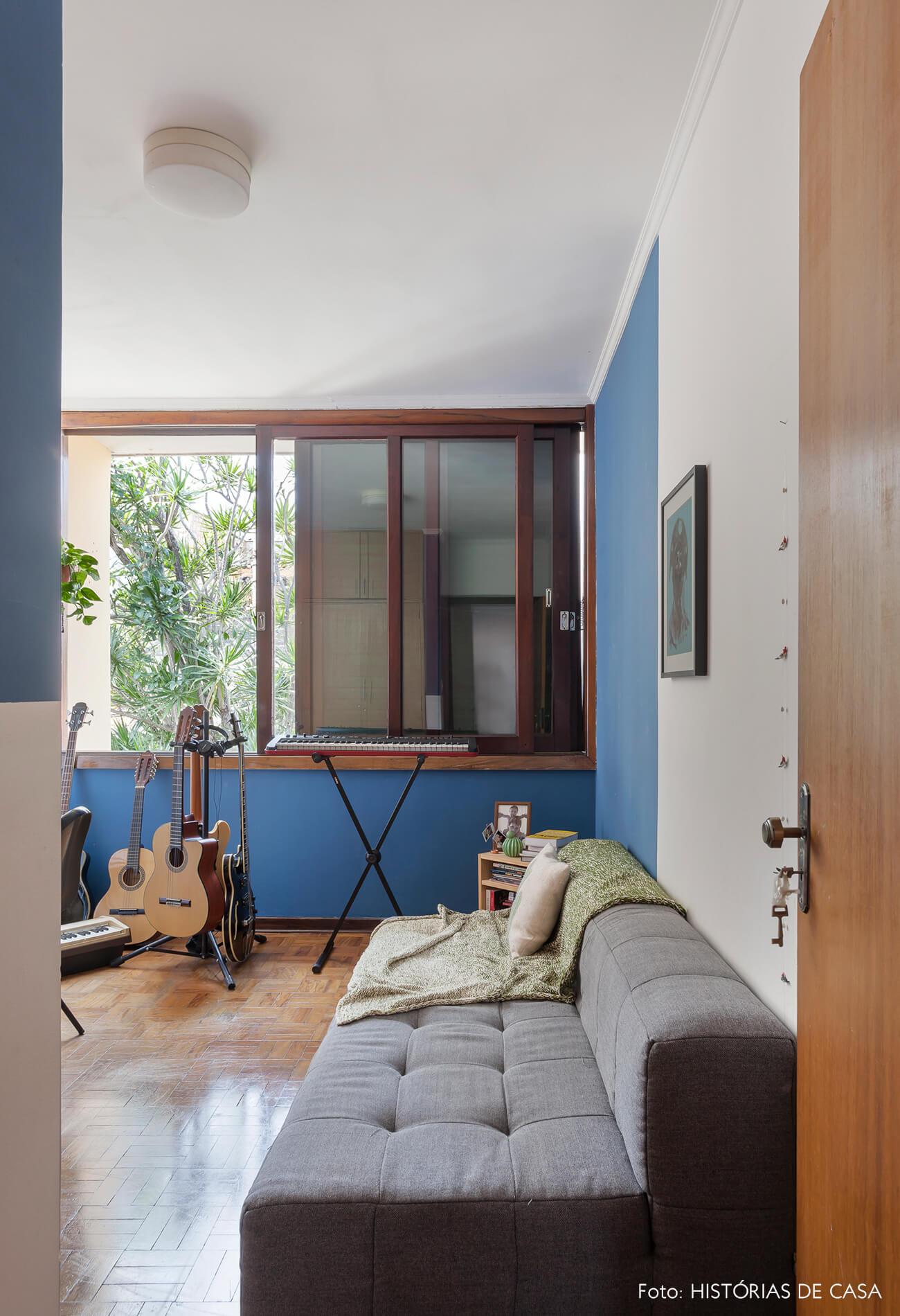 Sala de música com paredes pintadas de azul