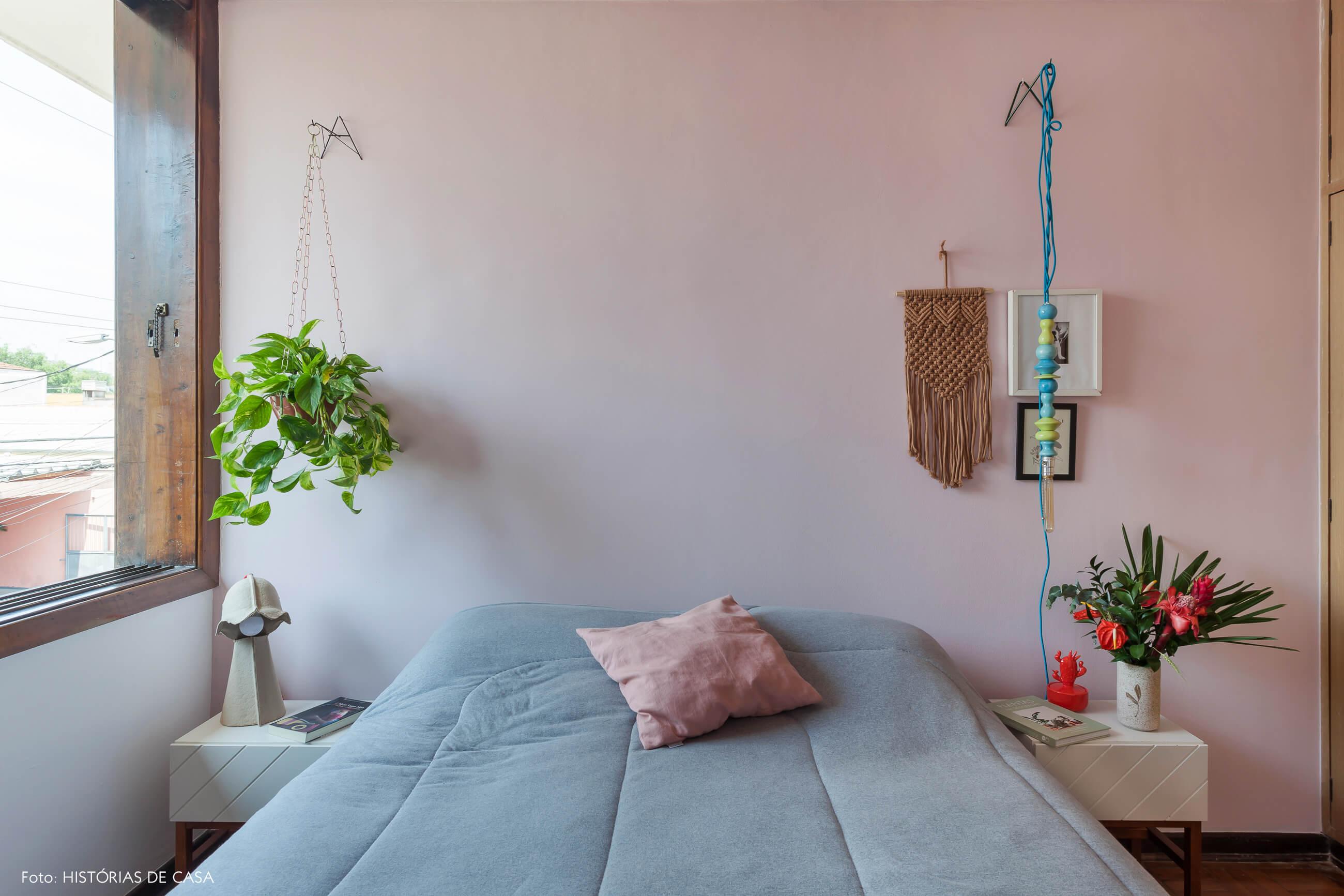 Quarto com parede e teto pintado de rosa